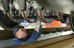 Mitarbeiter bei der Wartung einer Bremse am ICE